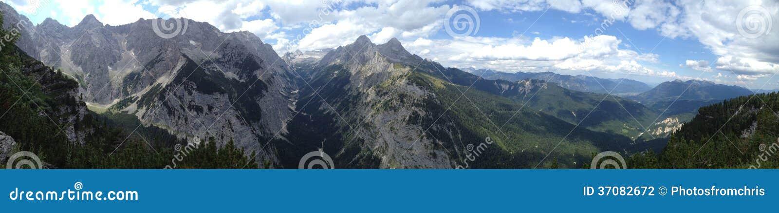 Download Widok Przy Wetterstein Pasmem Górskim Z Zugspitze Zdjęcie Stock - Obraz złożonej z odtwarzanie, target24: 37082672