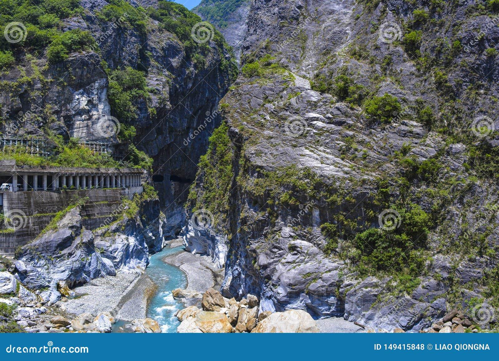 Widok Rockfall zapobiegania tunel i Liwu rzeka przy Taroko parkiem narodowym