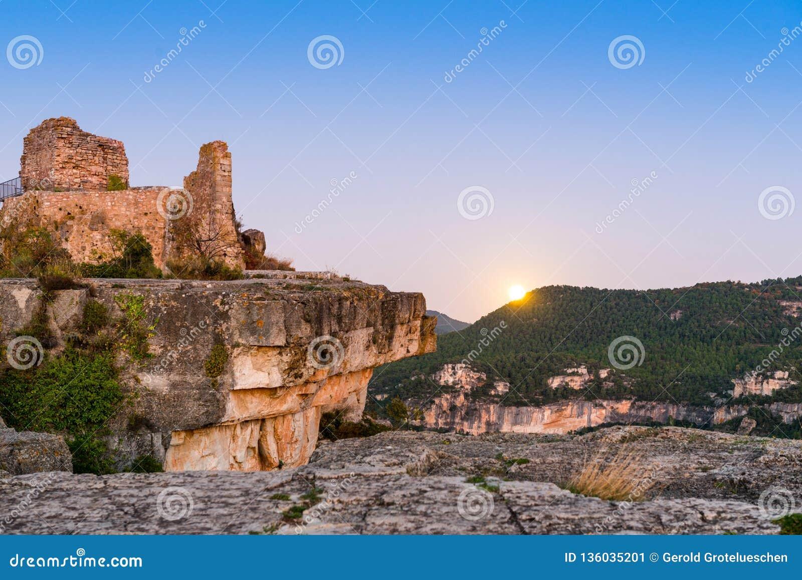 Widok ruiny kasztel Siuran, Tarragona, Catalunya, Hiszpania Odbitkowa przestrzeń dla teksta
