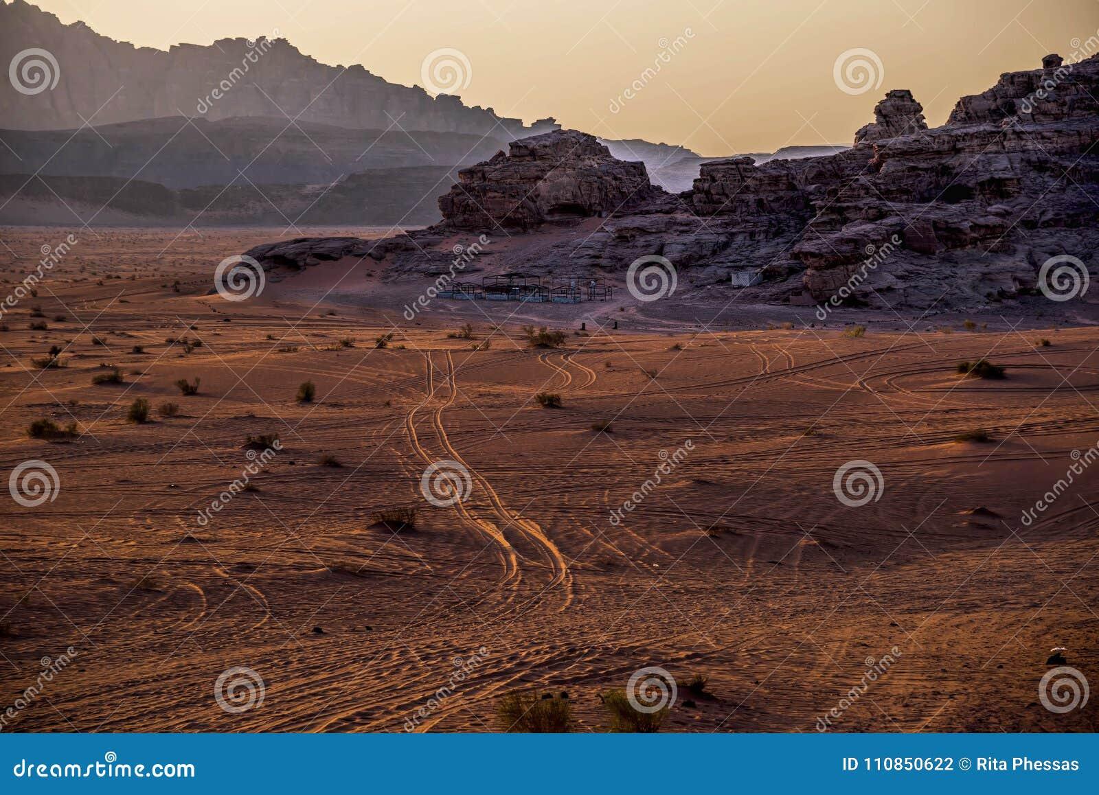Widok rum pustynia w Jordanié, z swój niekonsekwentnie wysokimi górami i złotym piaskiem przy zmierzchem