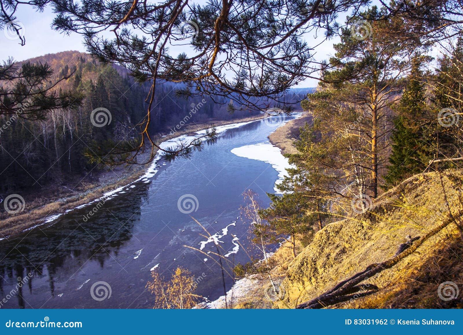 Widok rzeka od wysokiej falezy wczesnej jesieni
