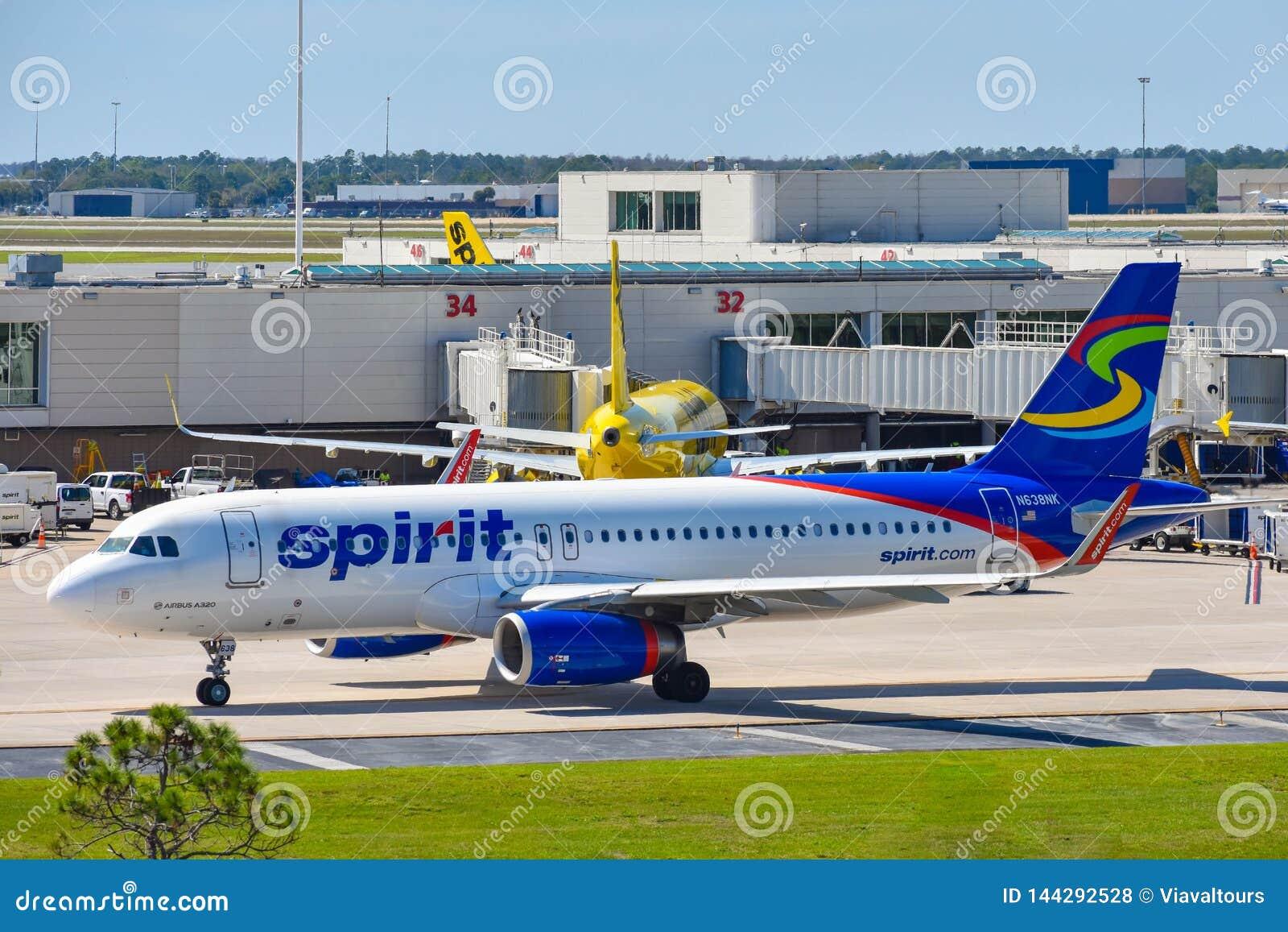 Widok samolot od Spirit Airlines NK przy bramą w Orlando lotnisku międzynarodowym MCO