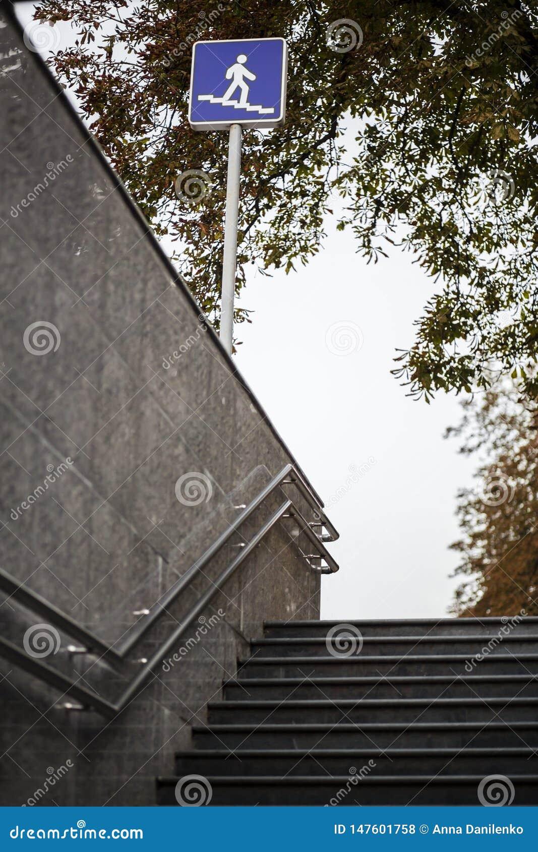 Widok schodki podziemny przejście
