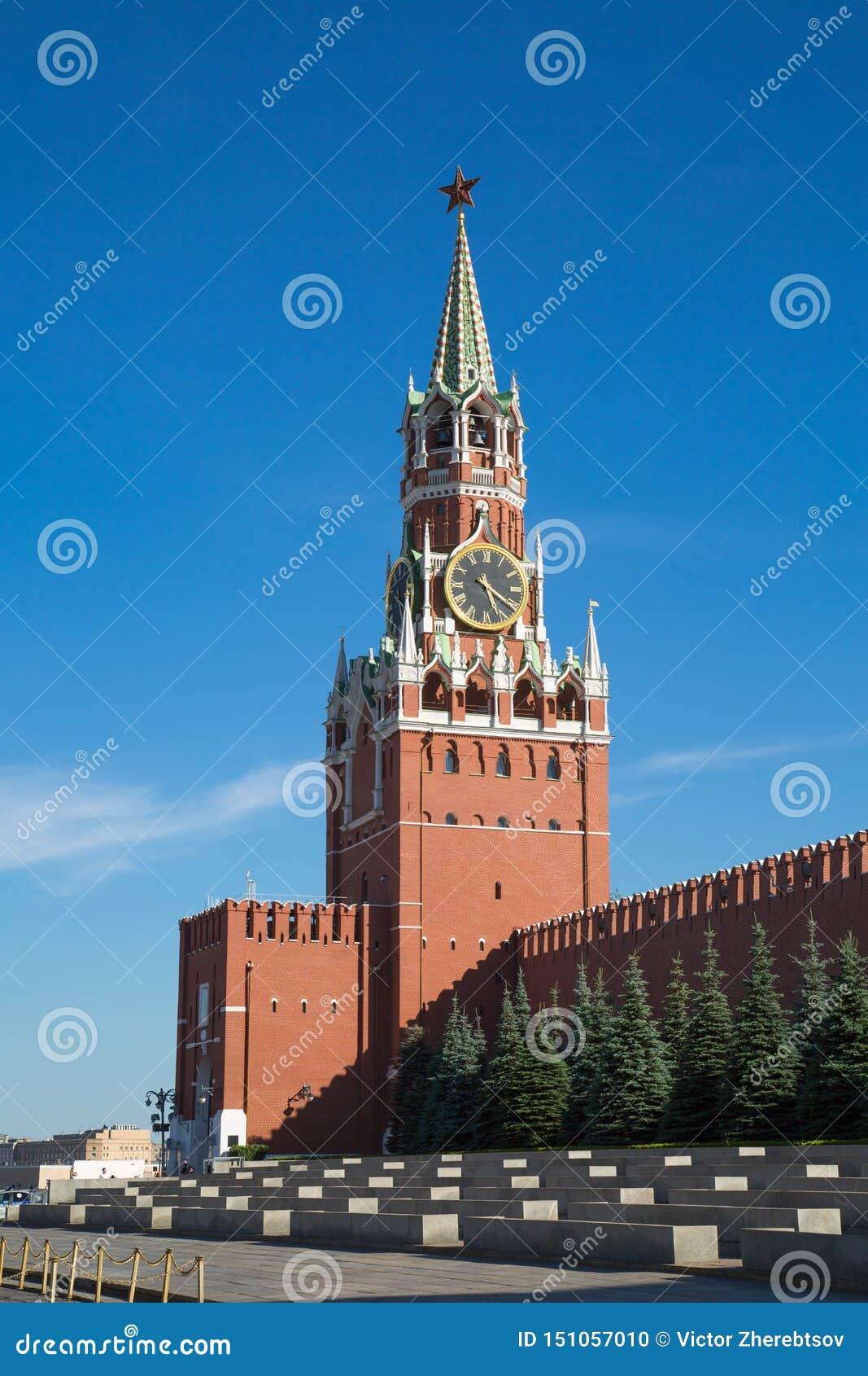 Widok Spasskaya wierza Moskwa Kremlin na jasnym słonecznym dniu plac czerwony