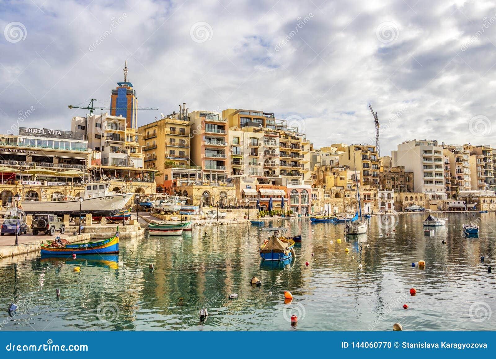 Widok Spinola zatoka przy St Julia?skim ` s, Malta z ?odziami i budynkami