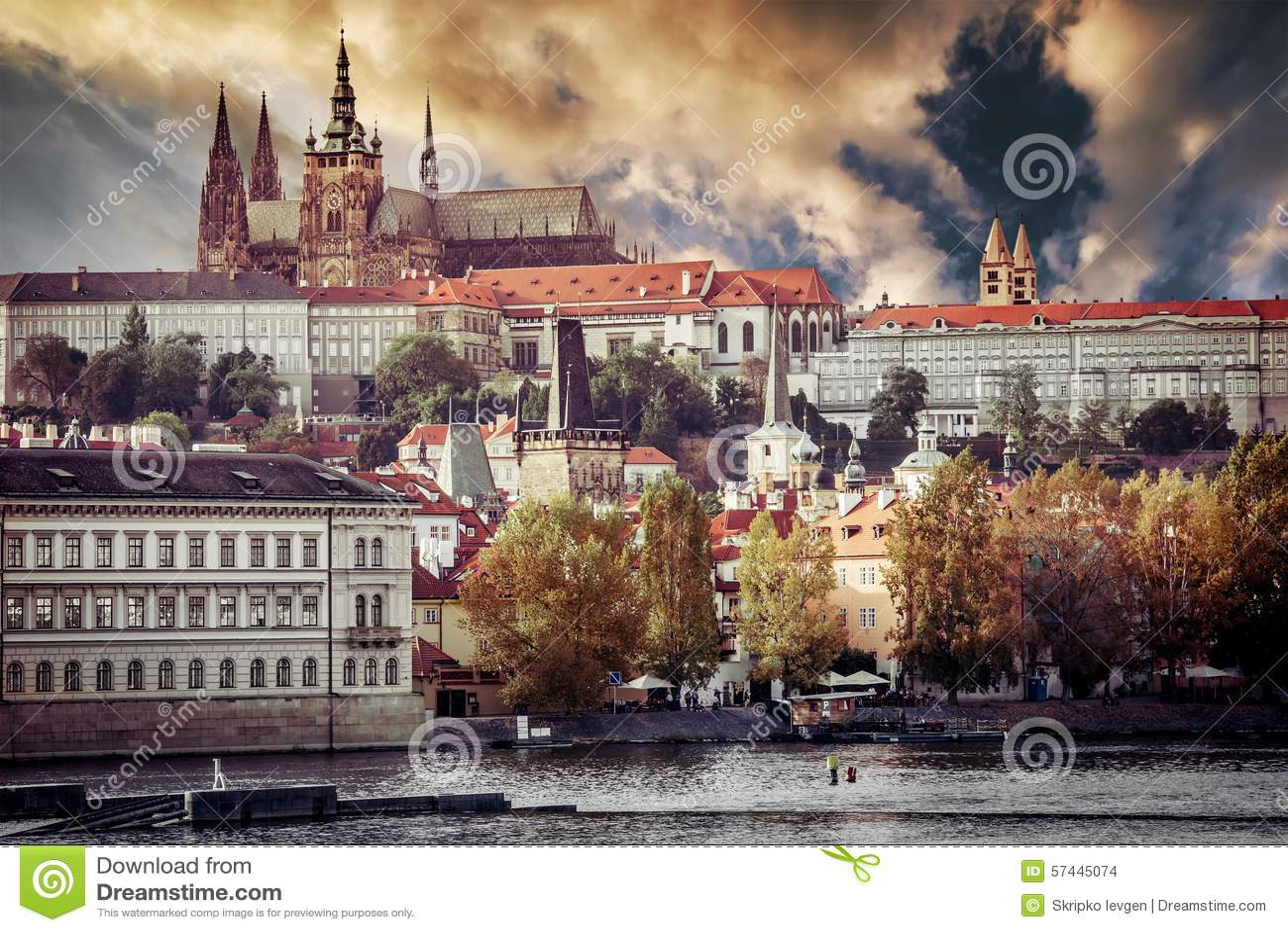 Widok stary miasteczko i Praga kasztel