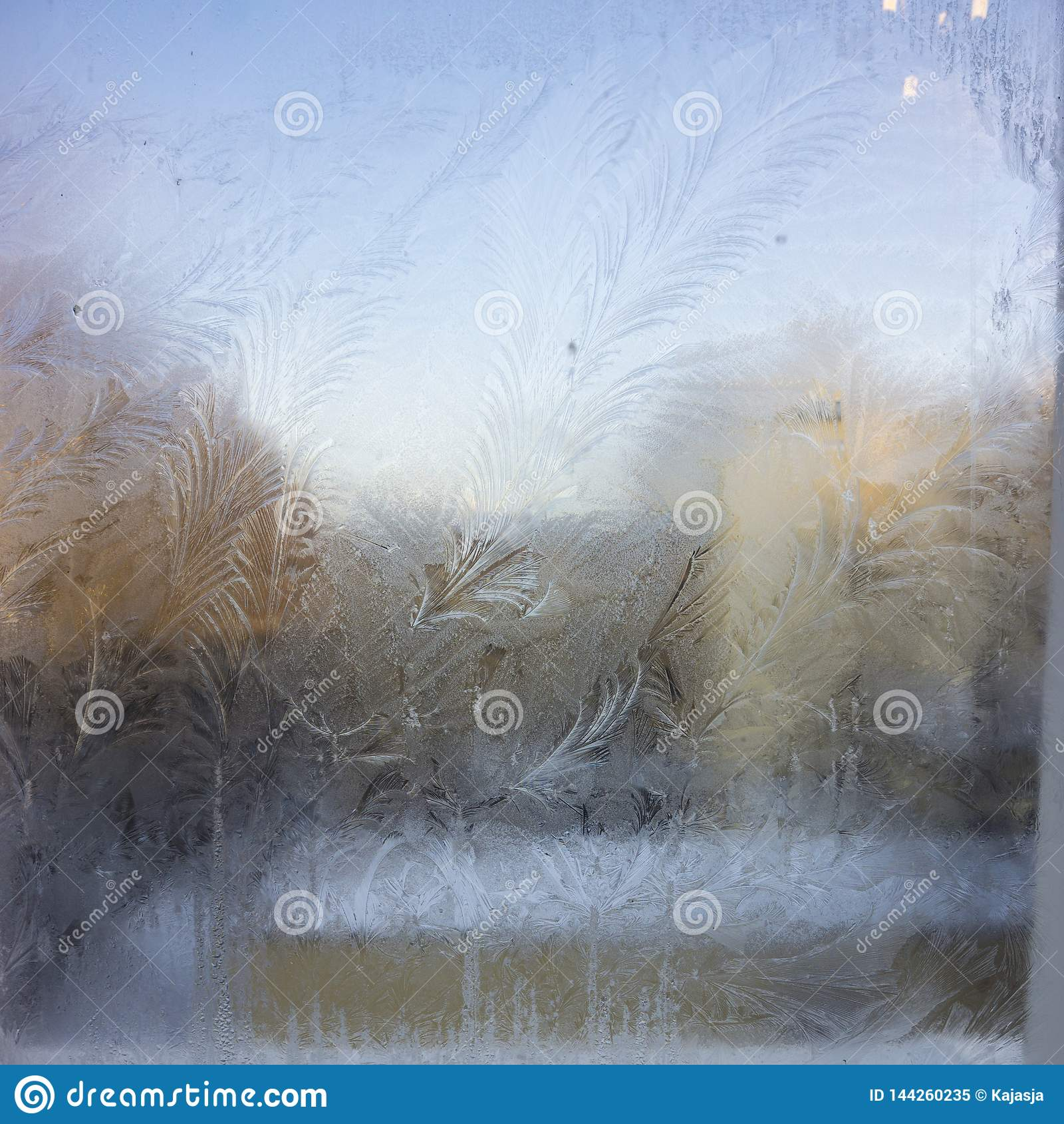 Widok stary miasto dom od zamarzniętego zimy okno Tekstura lodu wzory na szkle Selekcyjna ostrość