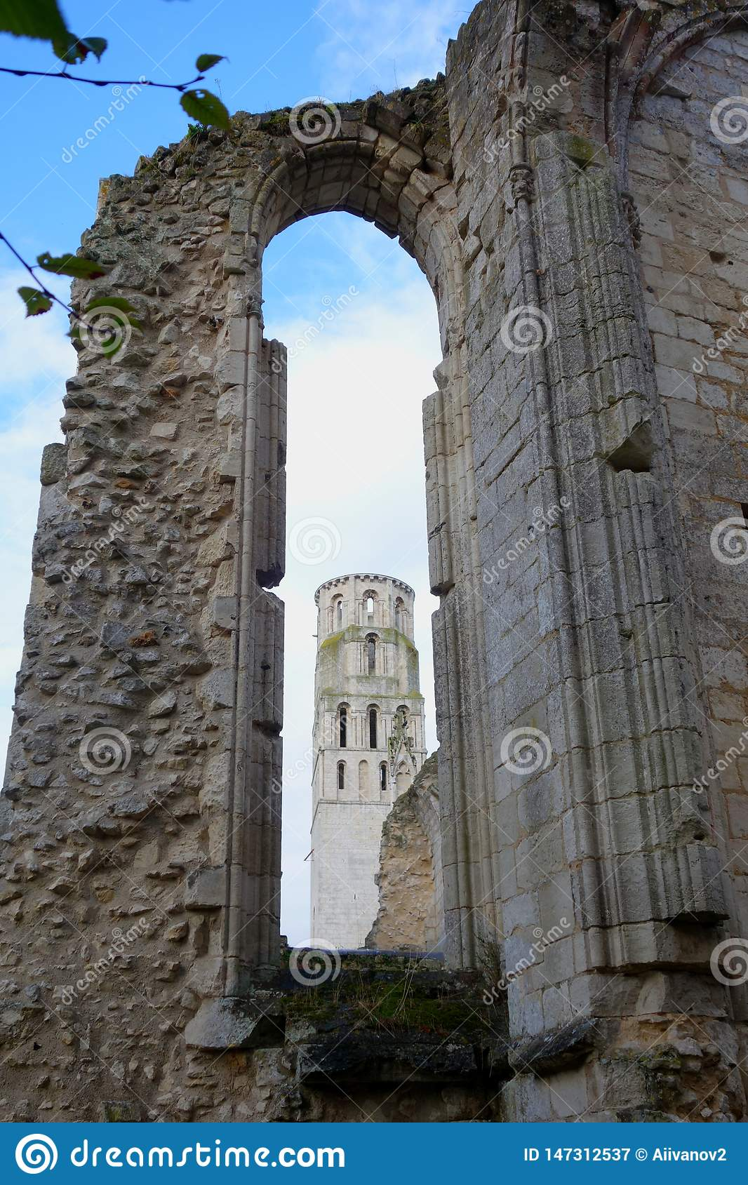 Widok synklina okno w rujnującej ścianie gothic kościół