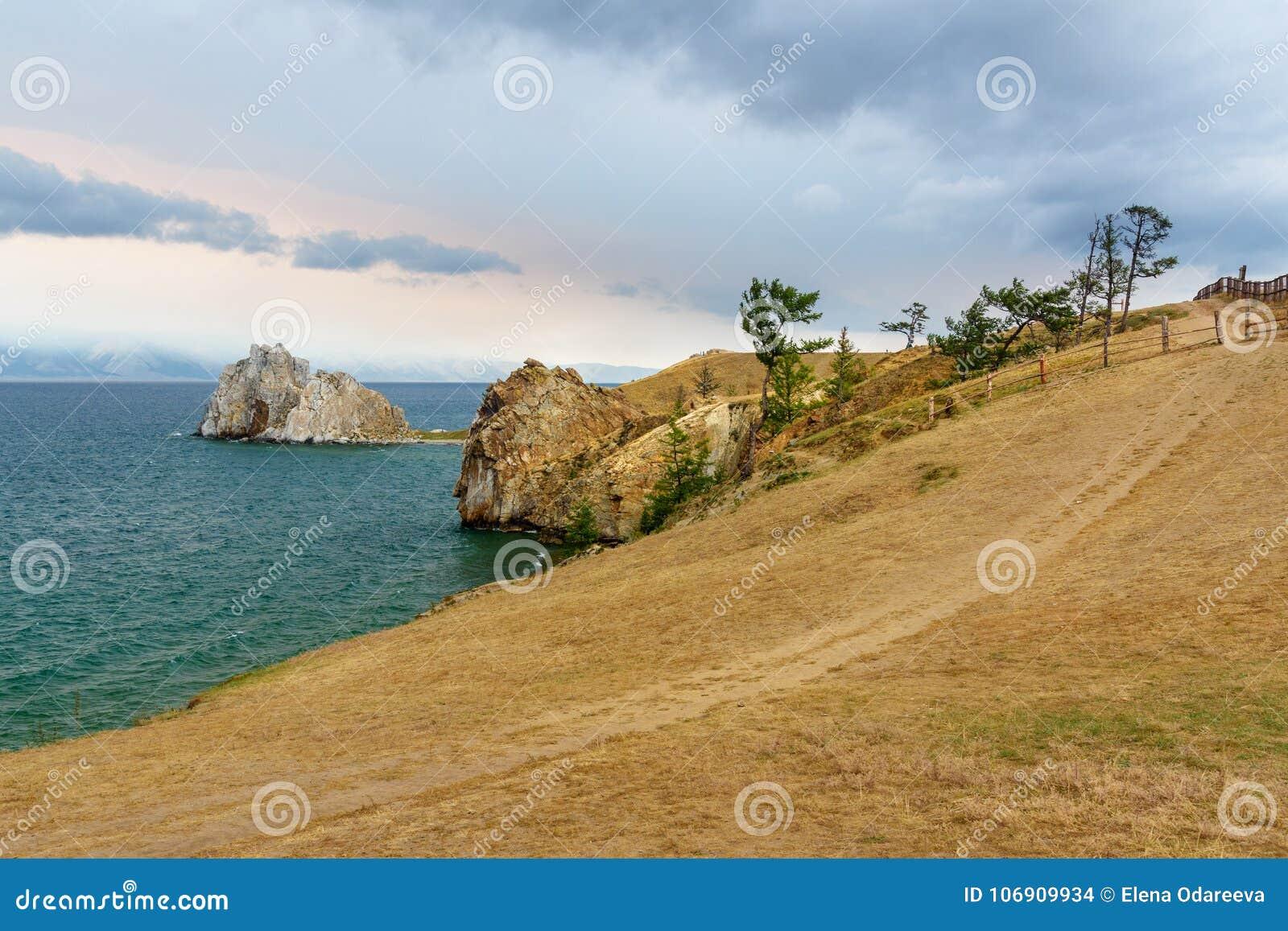 Widok szaman skała baikal jeziora baikal jezioro olkhon Rosji wyspy Rosja