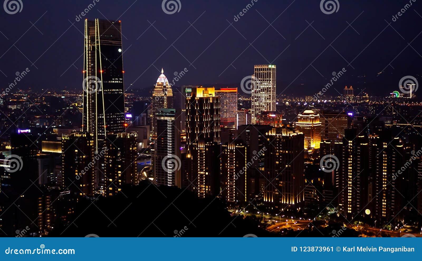 Widok Taipei miasto przy nighttime