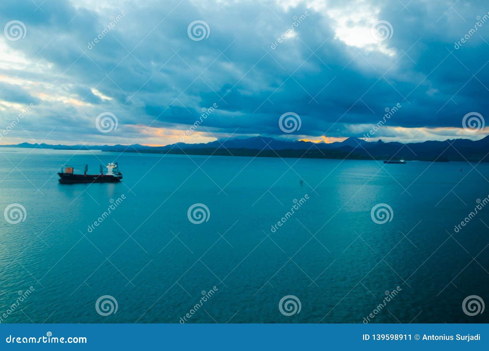 Widok tropikalnego monsunu chmurna burza przychodzi południowa pokojowa wyspa