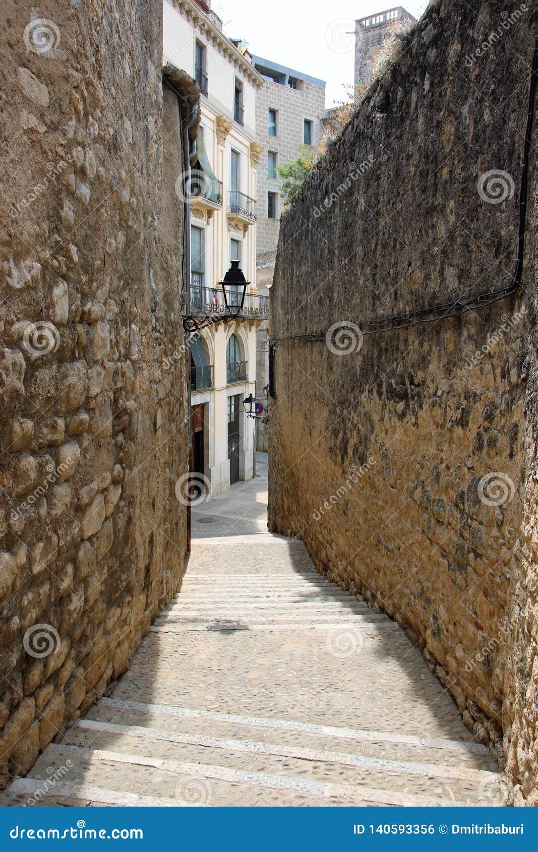 Widok ulica między dwa ścianami w Żydowskiej ćwiartce Girona, Hiszpania