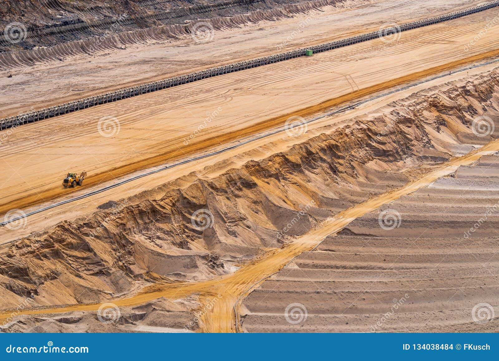 Widok w lignit kopalnię z konwejerów podjazdami w piasku i paskami, Etzweiler