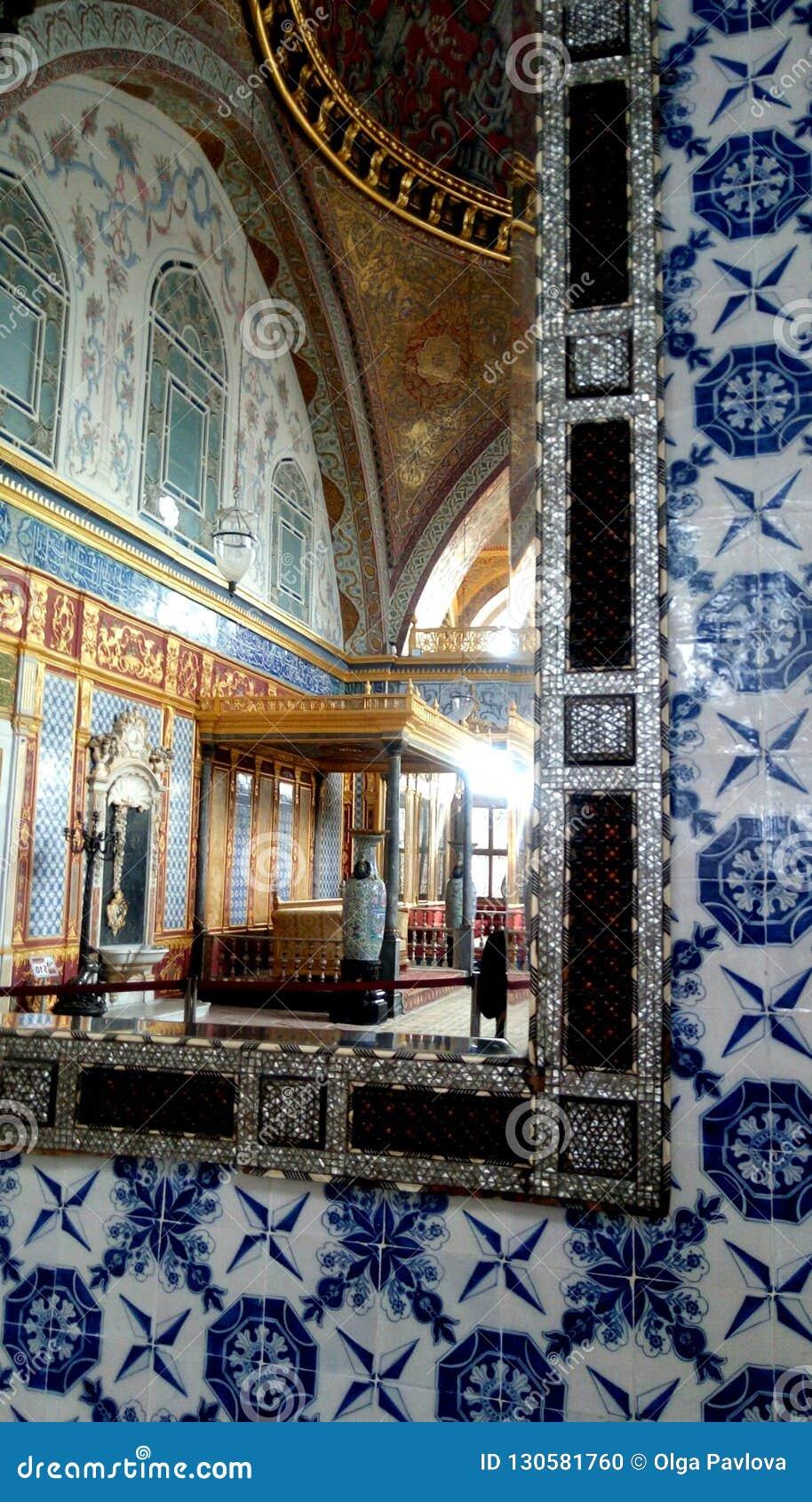 Widok w lustrze wśrodku Topkapi pałac, Istanbuł, Turcja
