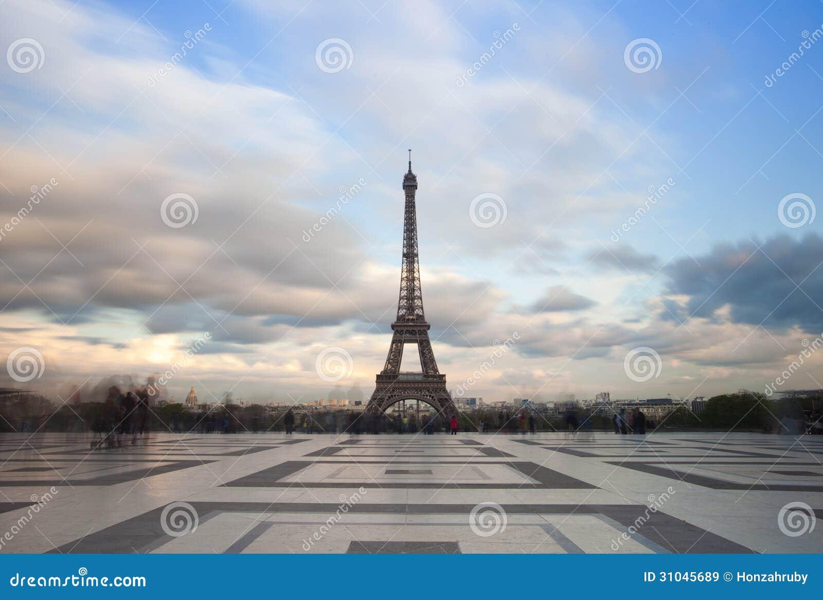 Widok wieża eifla z dramatycznym niebem od Trocadero w Paryż