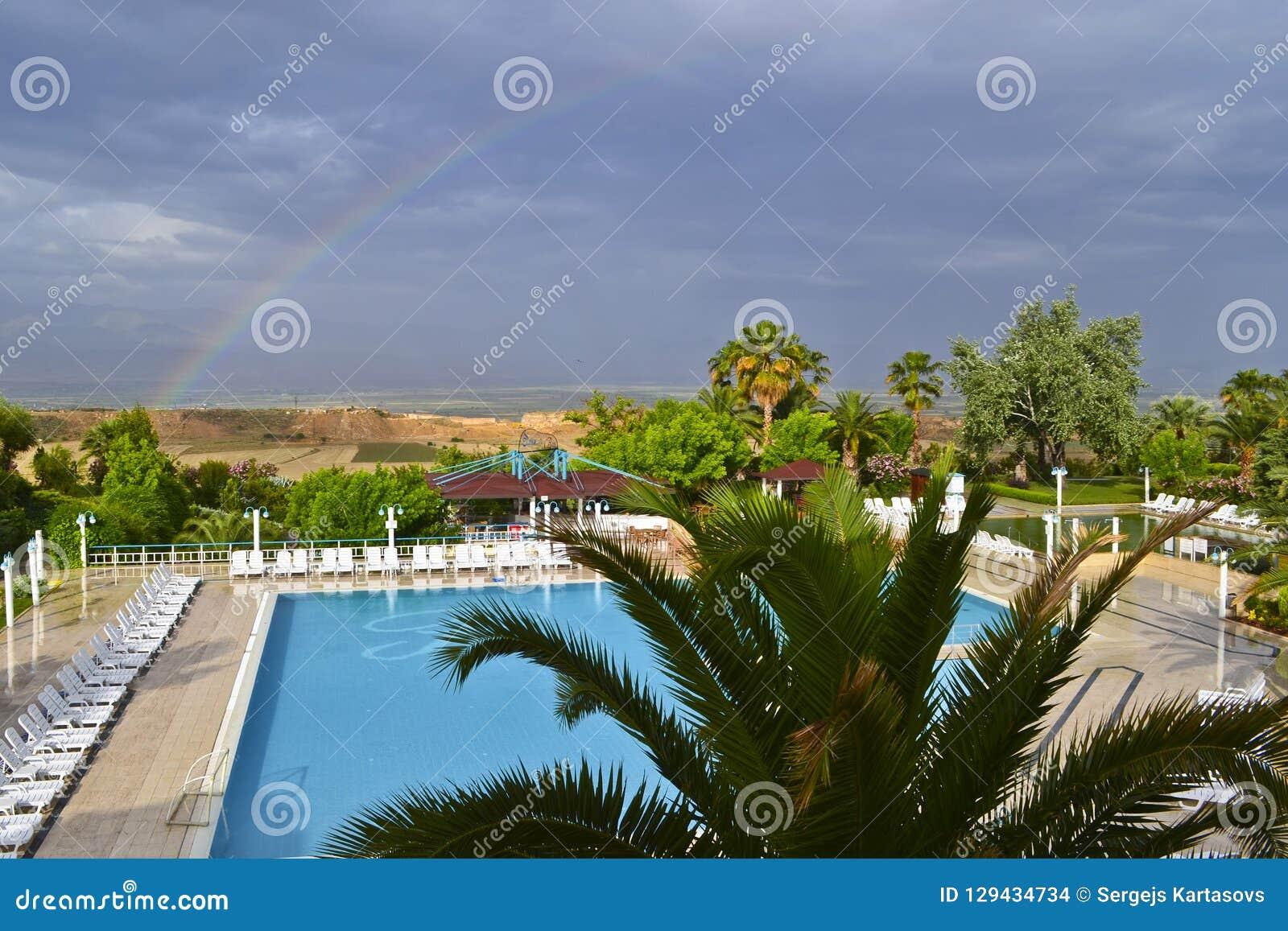 Widok wiejski krajobraz, pływacki basen i tęcza,