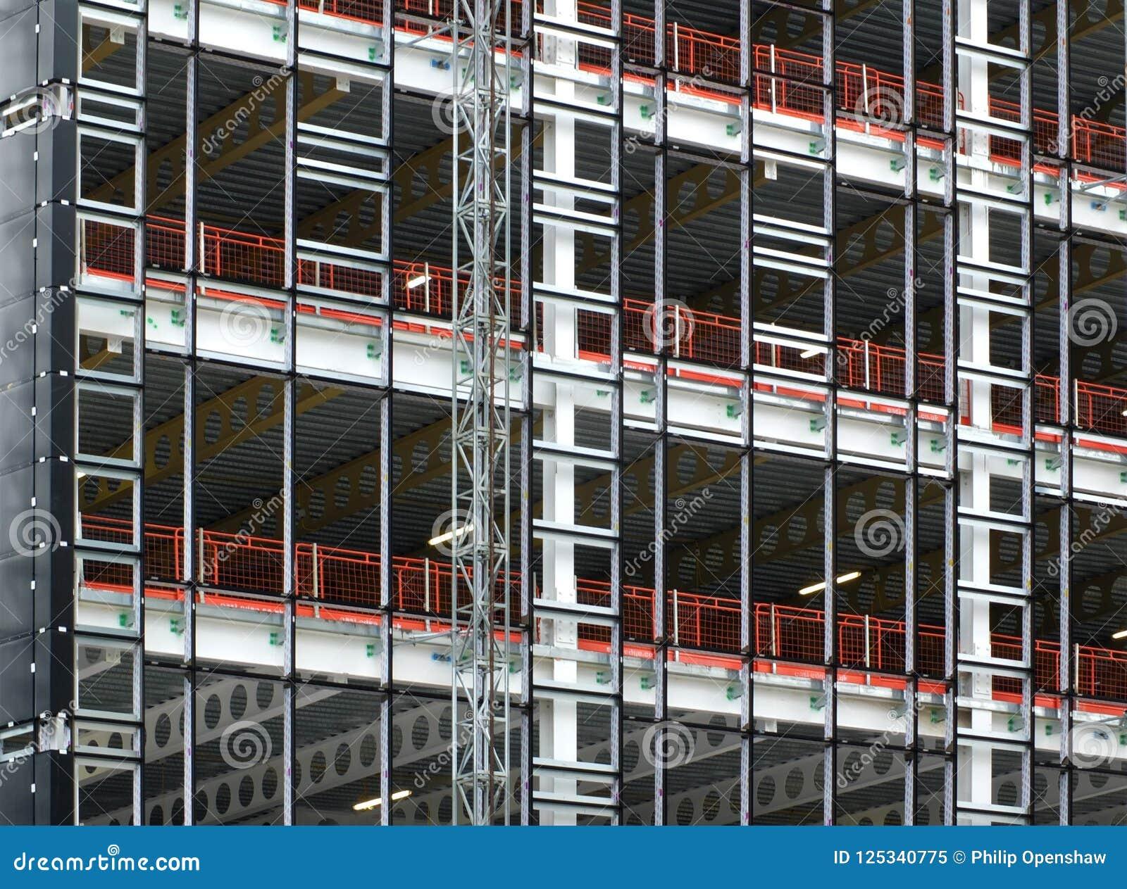 Widok wielki budynku rozwój w budowie z stalową strukturą i stropnicami wspiera metal podłogi
