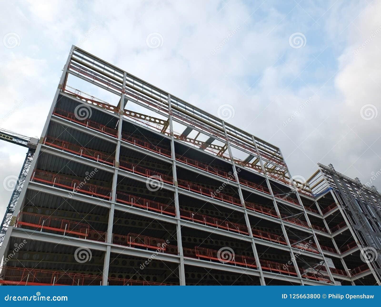 Widok wielki budynku rozwój w budowie z stalową strukturą i stropnicami wspiera metal podłogi z b