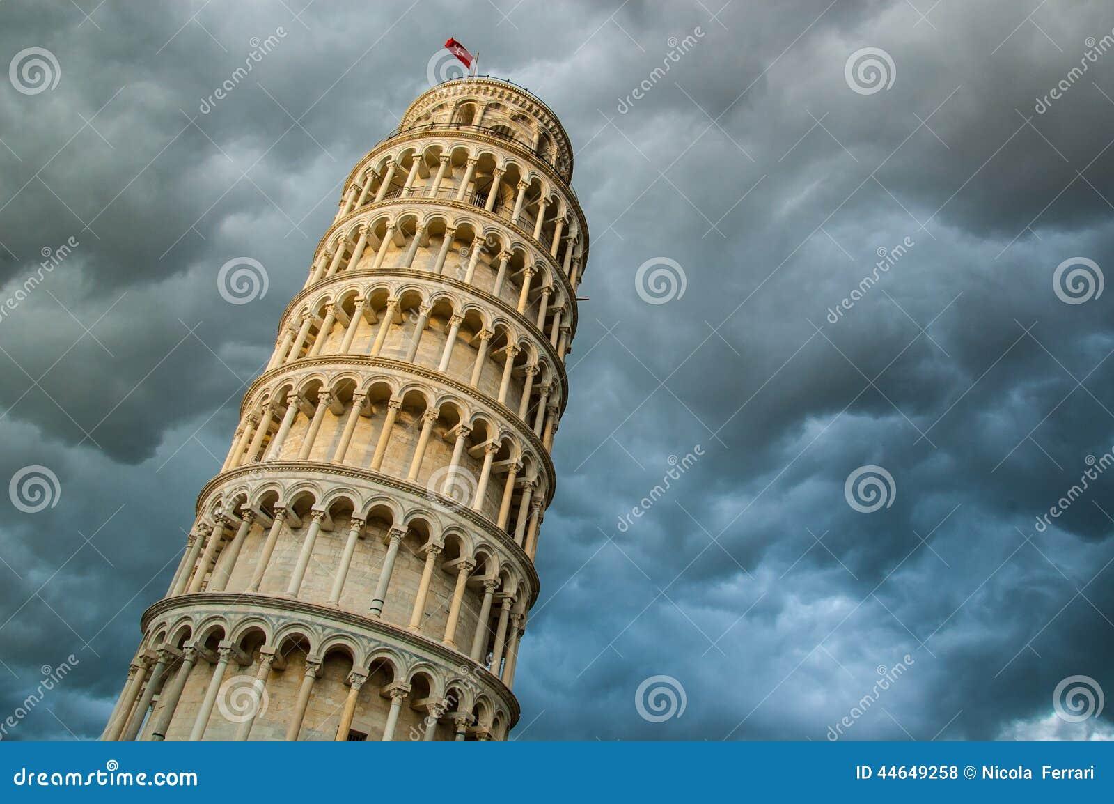 Widok wierza Pisa i dramatyczny obłoczny niebo spod spodu