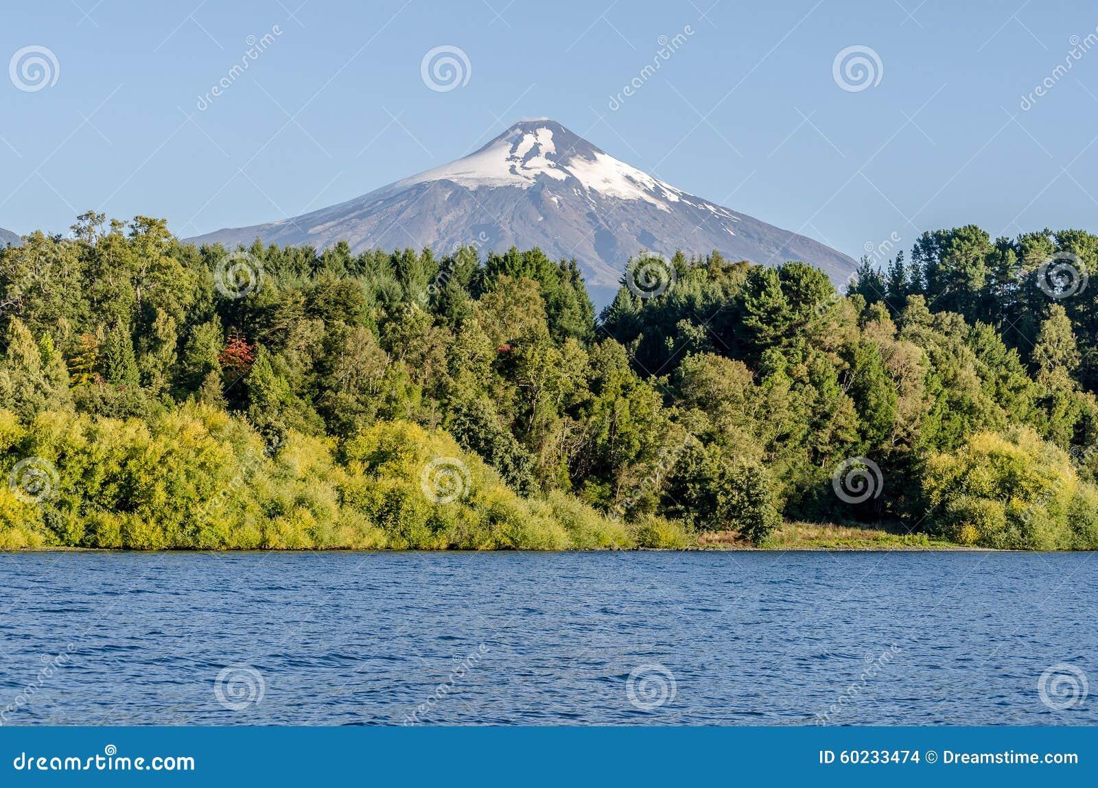 Widok wulkan Villarica od jeziora w Pucon
