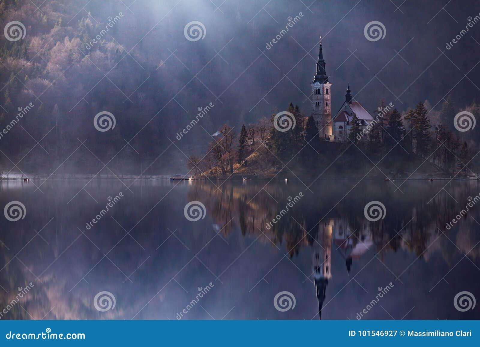 Widok wyspa z kościół katolickim w Krwawiącym jeziorze Krwawię jest jeden zadziwiające atrakcje turystyczne w Slovenia Pojęcie zi
