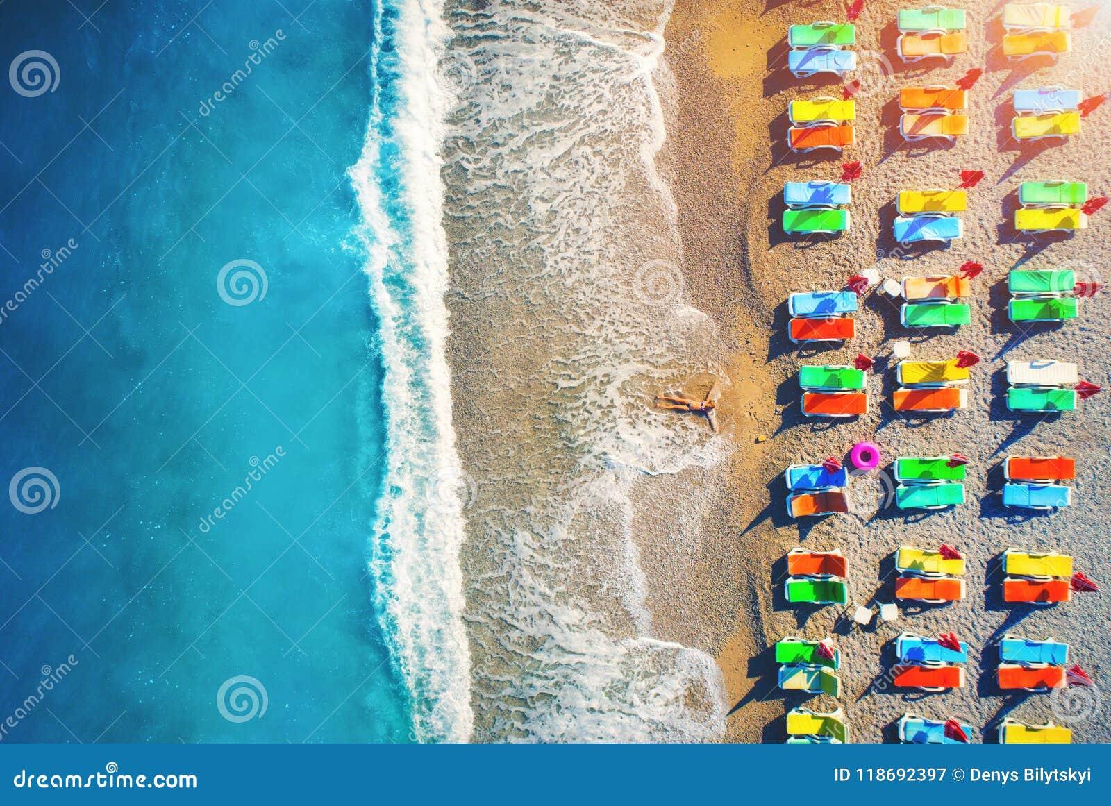 Widok z lotu ptaka łgarska kobieta na plaży z kolorowymi holami