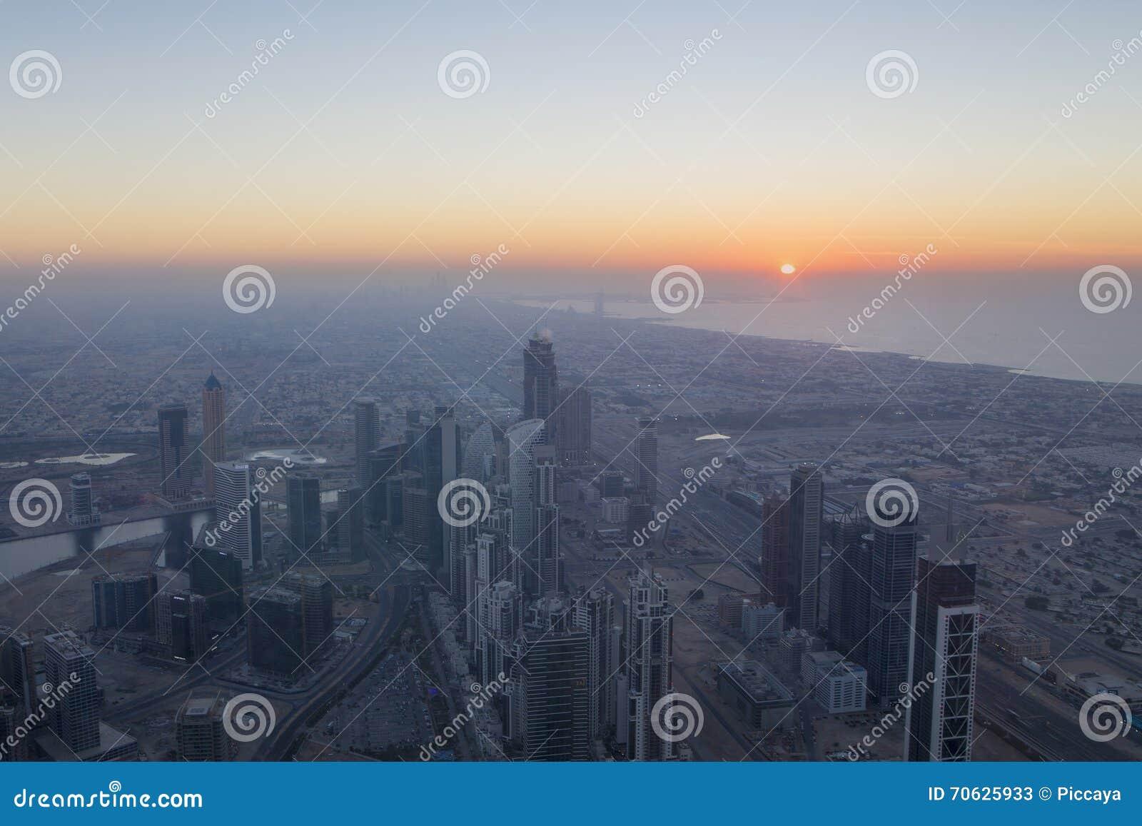 Widok z lotu ptaka śródmieście w Dubaj z niebieskim niebem