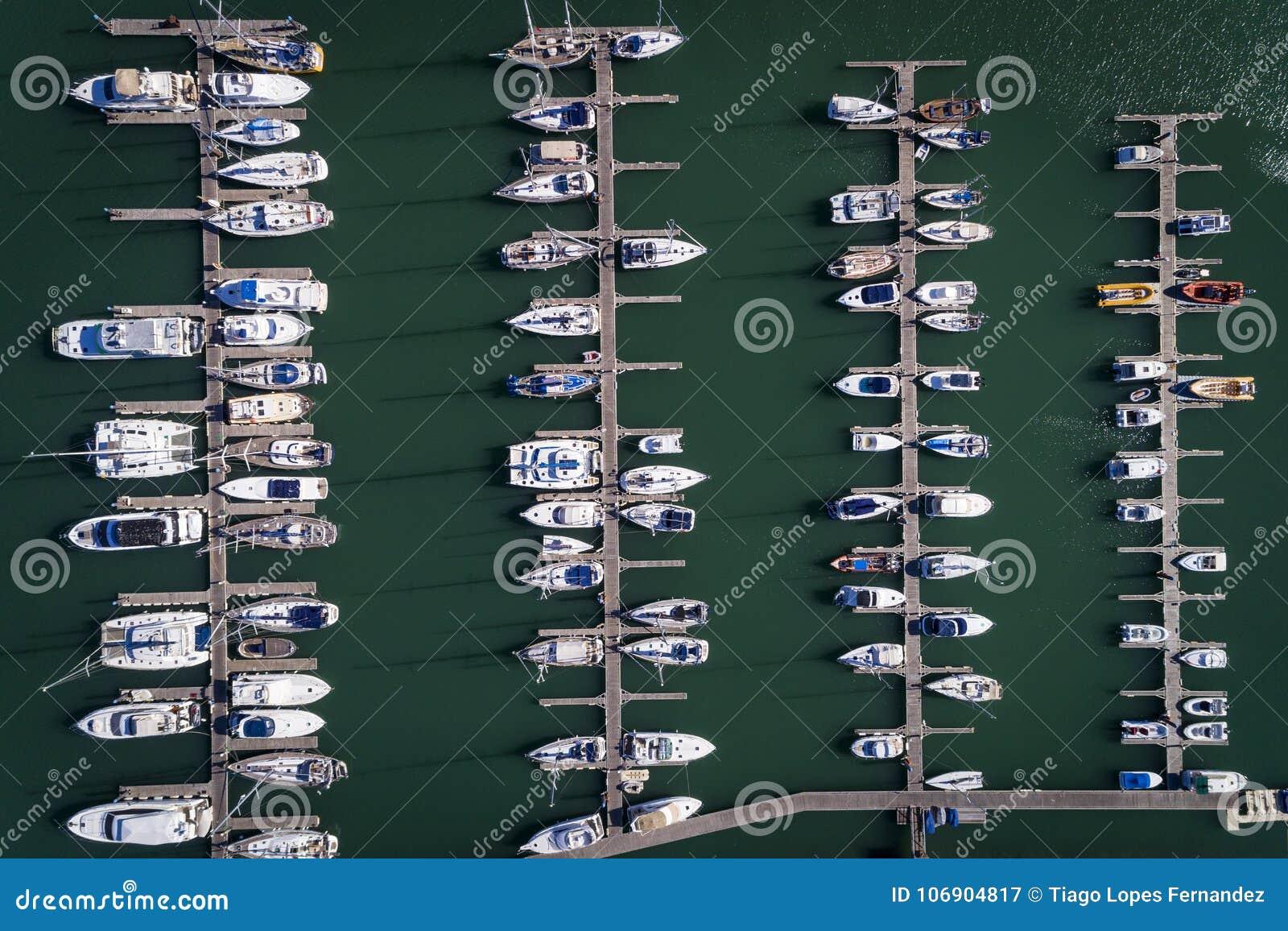 Widok z lotu ptaka żagiel łodzie dokował w Marina w Portimao, Algarve