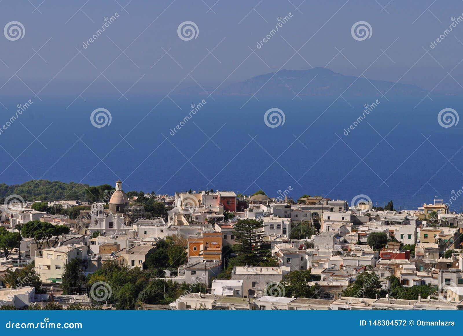 Widok Z Lotu Ptaka Anacapri i morze śródziemnomorskie