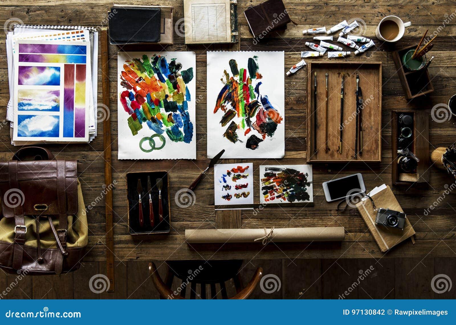 Widok z lotu ptaka artystyczni euqipments maluje narzędzia na drewnianym tabl