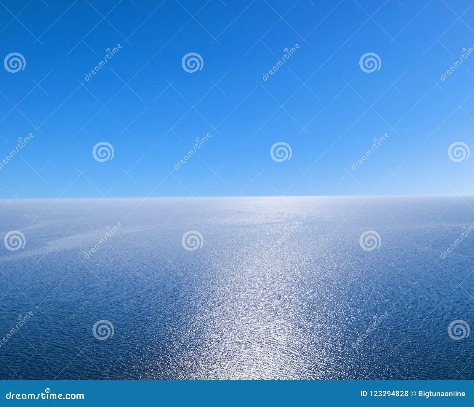 Widok z lotu ptaka błękitny wody morskiej tło i słońc odbicia Powietrzny latający trutnia widok Fala wody powierzchni tekstura na