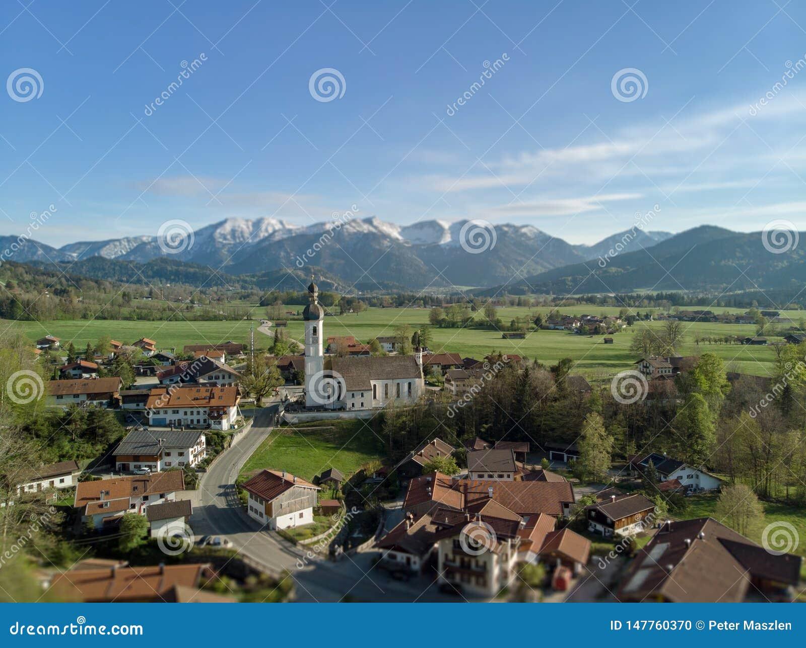 Widok z lotu ptaka Bawarska wioska w pięknym krajobrazie blisko do alps