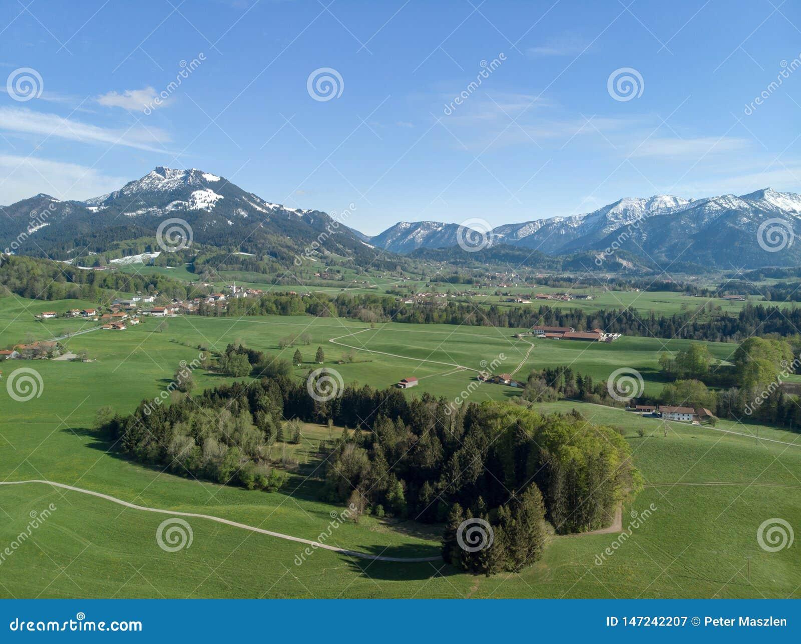 Widok z lotu ptaka Bawarski krajobraz z alps w tle