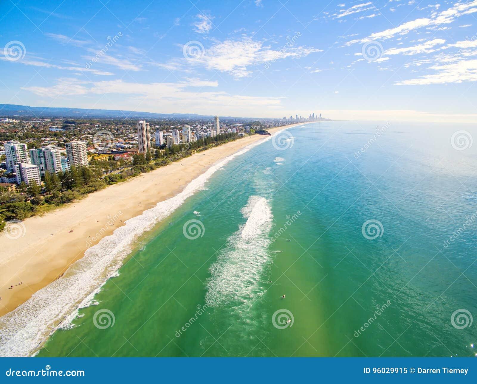 Widok z lotu ptaka Burleigh plaża na jasnym dniu z błękitne wody