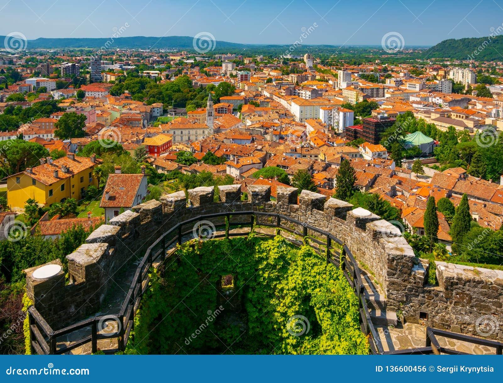 Widok z lotu ptaka centrum miasta Gorizia i kurenda bastion średniowieczny kasztel, Friuli Venezia Giulia, Włochy