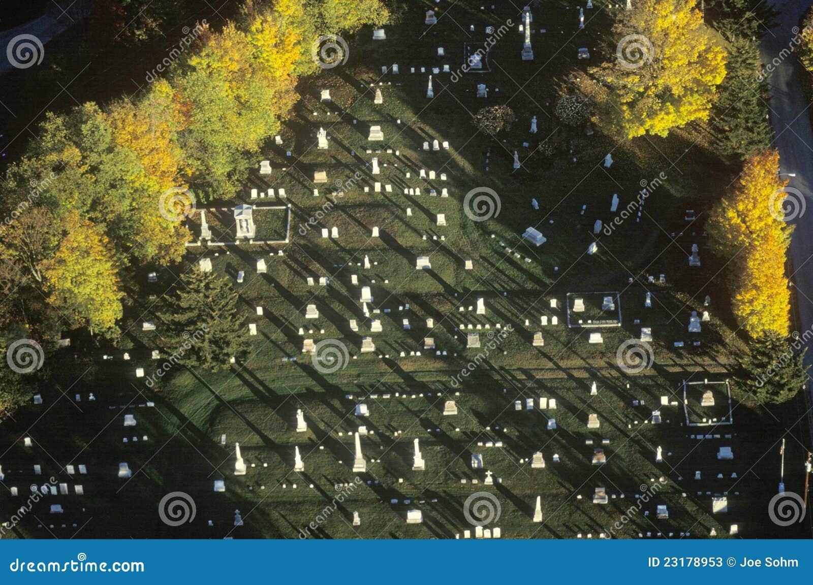 Widok z lotu ptaka cmentarz w jesień
