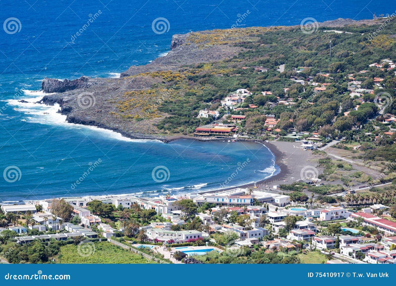 Widok z lotu ptaka czerni plaże Vulcano, Eolowe wyspy blisko Sicil