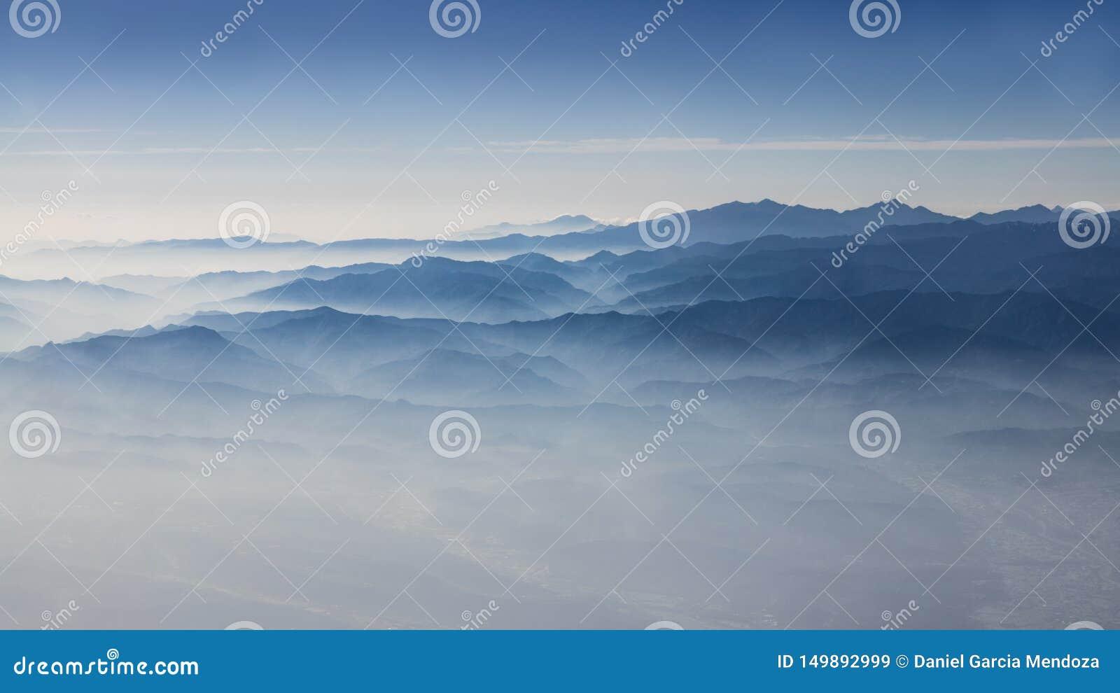 Widok z lotu ptaka góry Tajwan i chmury Cudowna góra z góry