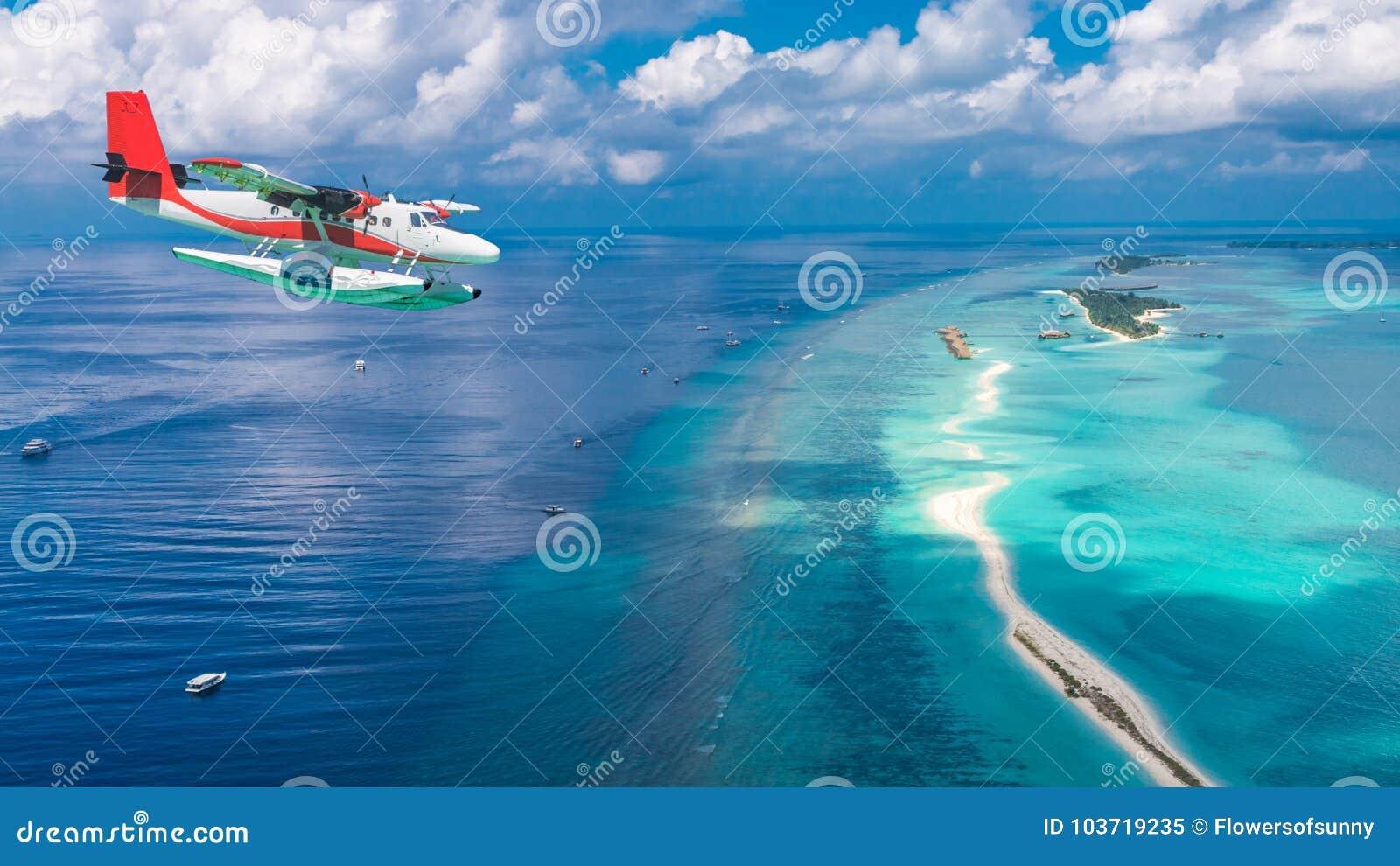 Widok z lotu ptaka hydroplan zbliża się wyspę w Maldives