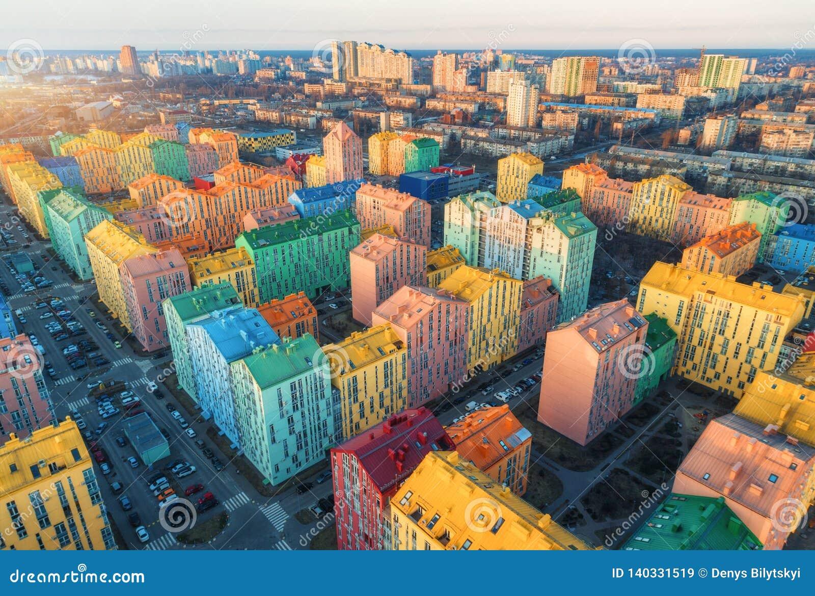 Widok z lotu ptaka kolorowi budynki w europejskim mieście przy zmierzchem