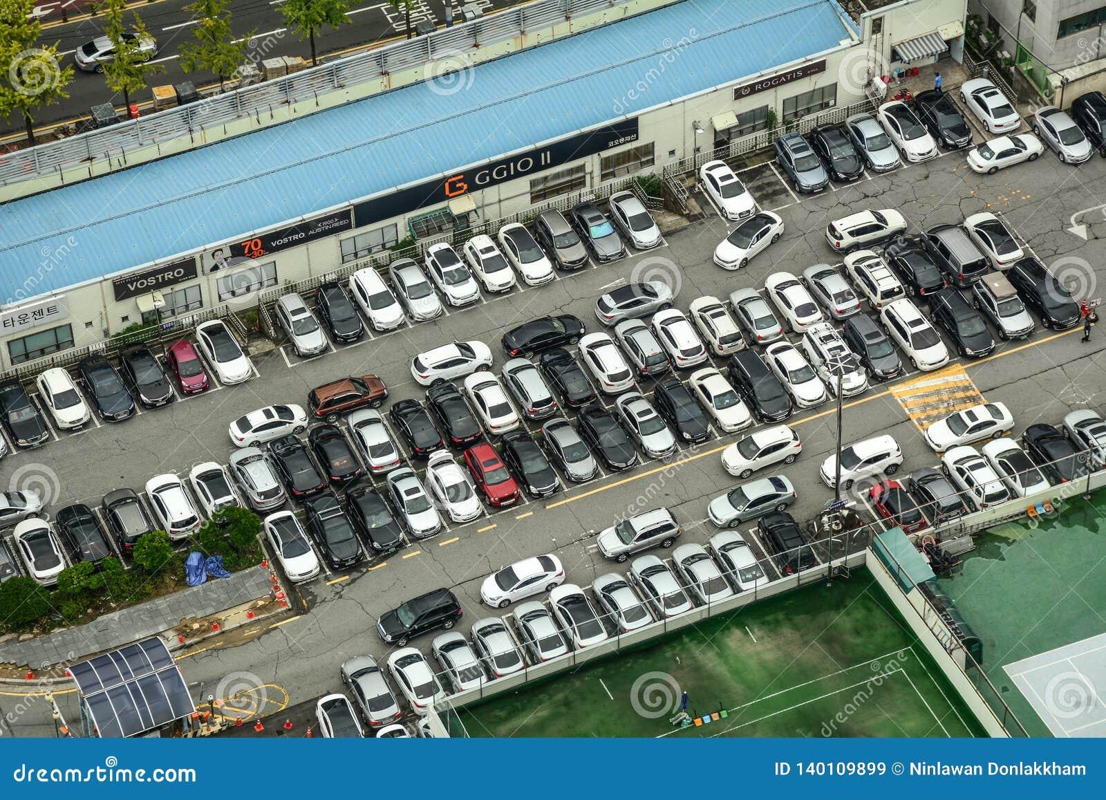 Widok z lotu ptaka kolorowi samochody przy parking