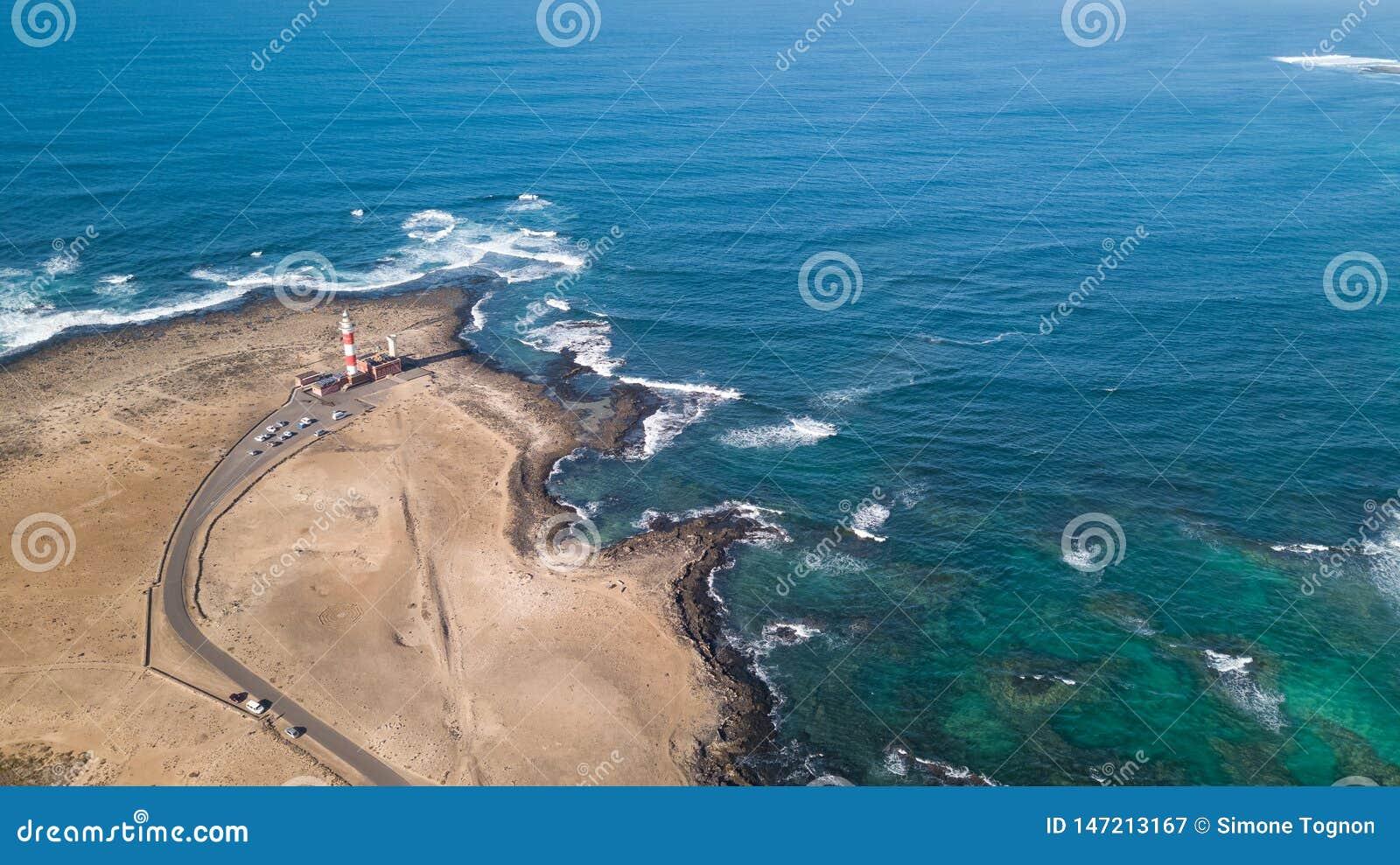 Widok z lotu ptaka latarnia morska przy zmierzchem