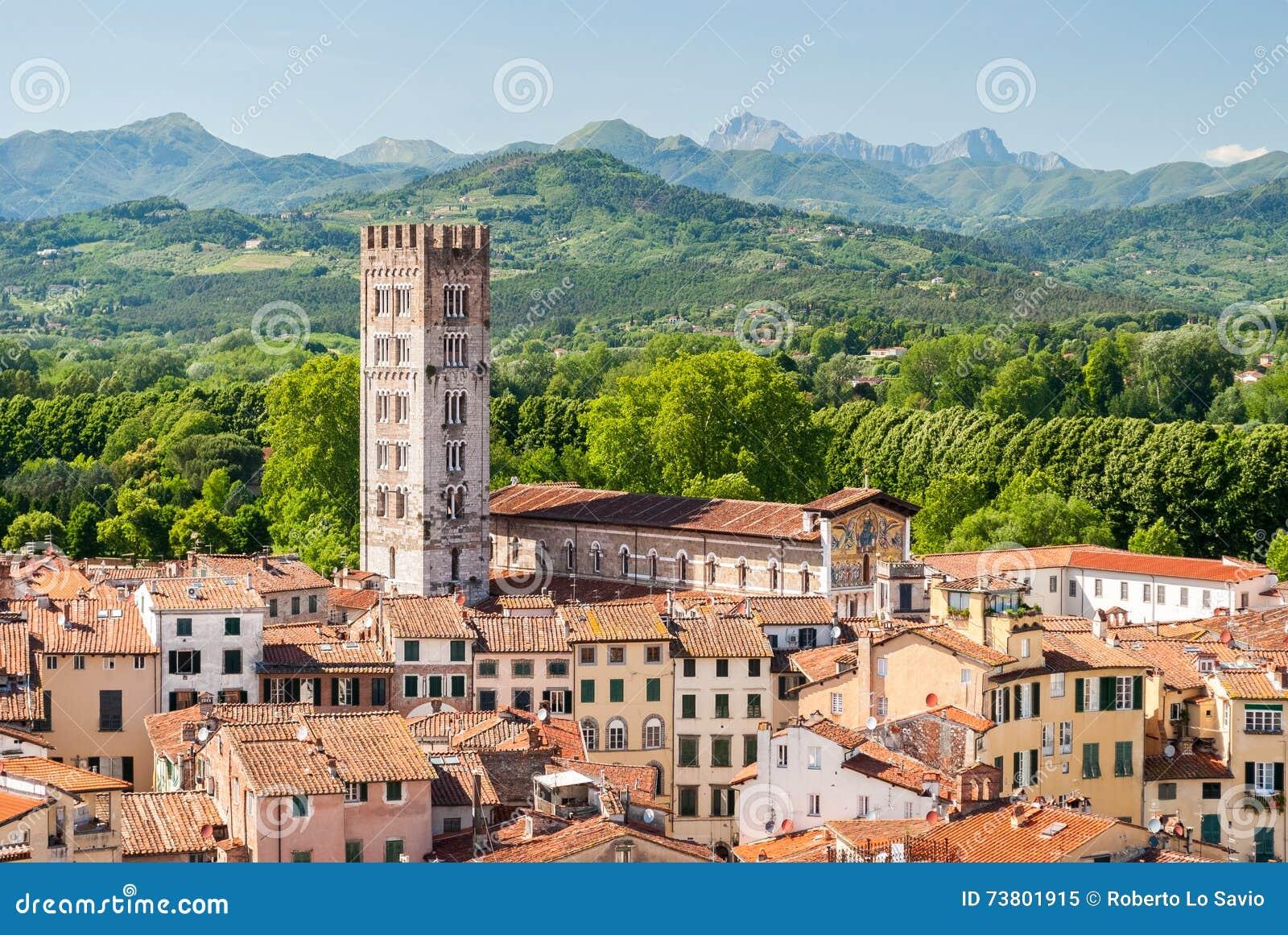 Widok z lotu ptaka Lucca, w Tuscany, podczas pogodnego popołudnia; dzwonkowy wierza należy San Frediano kościół