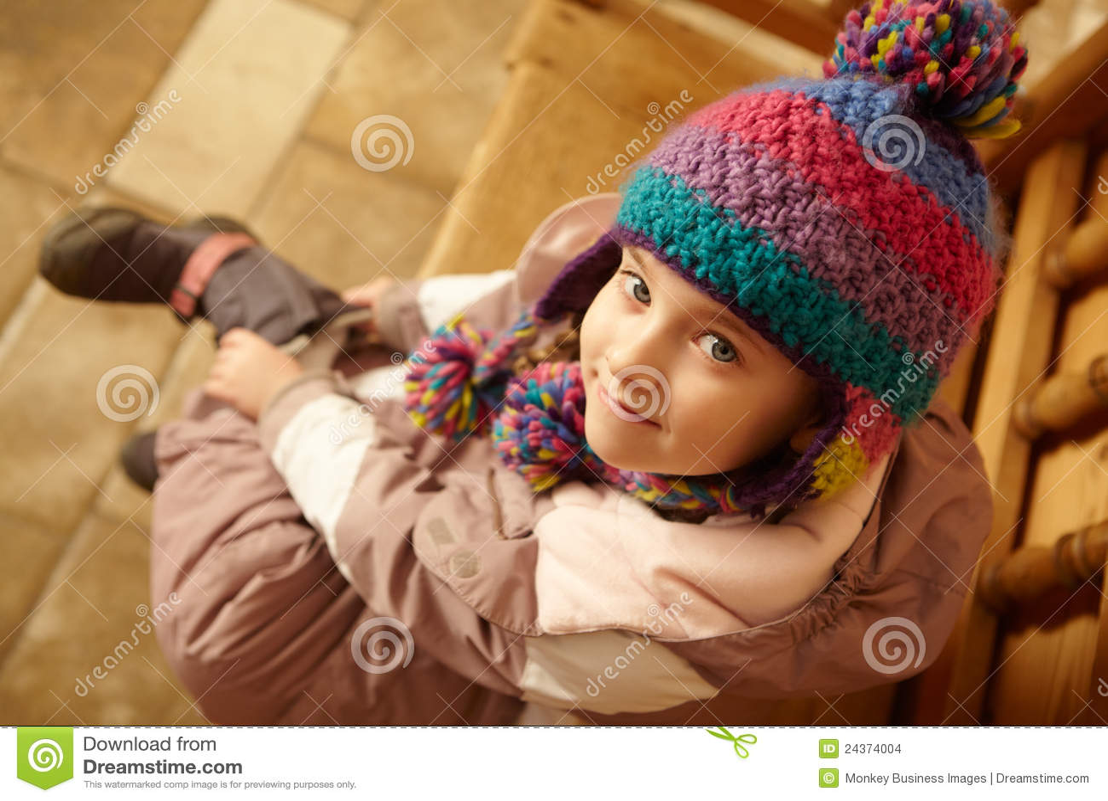 Widok Z Lotu Ptaka Młodej Dziewczyny Obsiadanie Na Drewnianym Siedzeniu