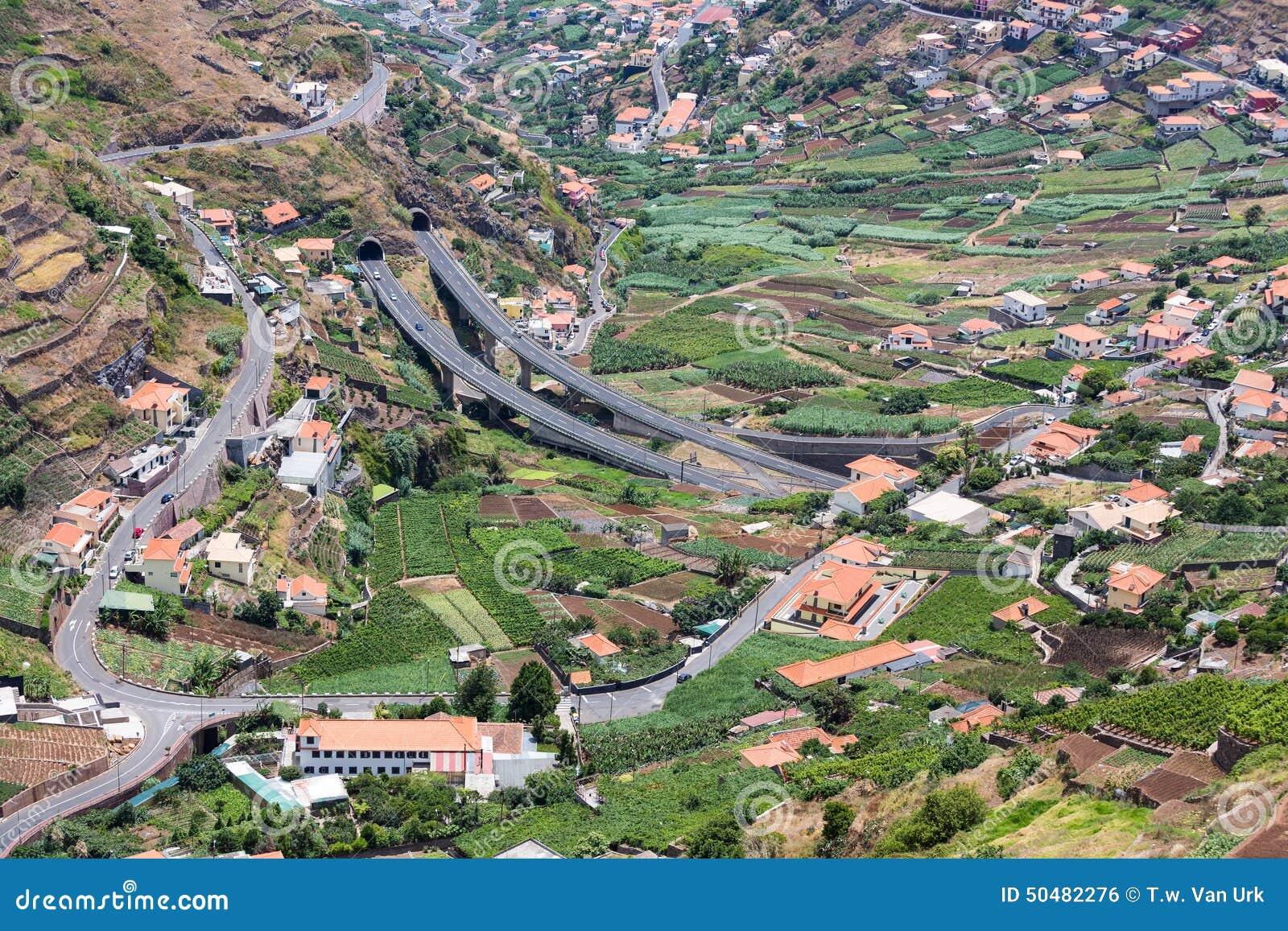 Widok z lotu ptaka małe wioski i autostrada w górach madery wyspa
