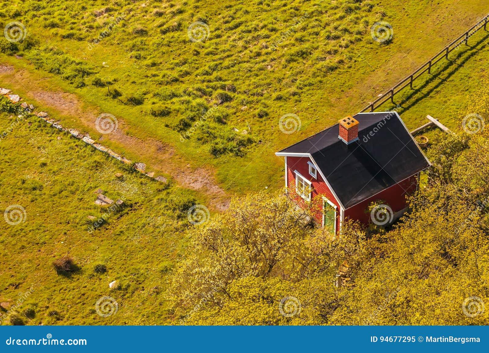 Widok z lotu ptaka mały szwedzi gospodarstwa rolnego dom