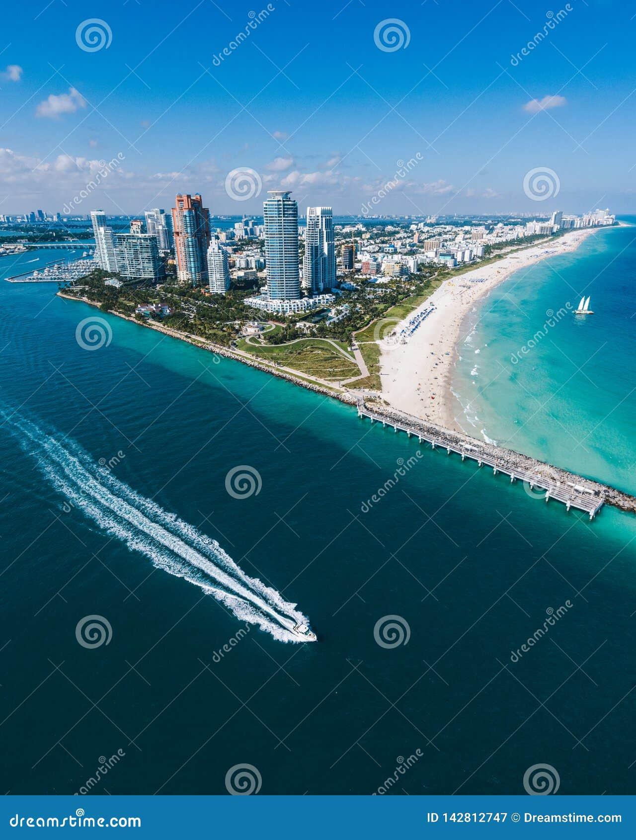 Widok z lotu ptaka Miami plaża z łodzią motorową w widoku