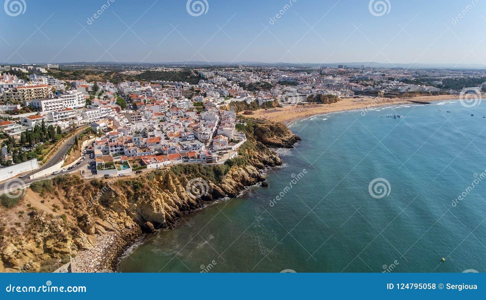 Widok z lotu ptaka miasto Albufeira, plażowi pescadores w południe Portugalia,