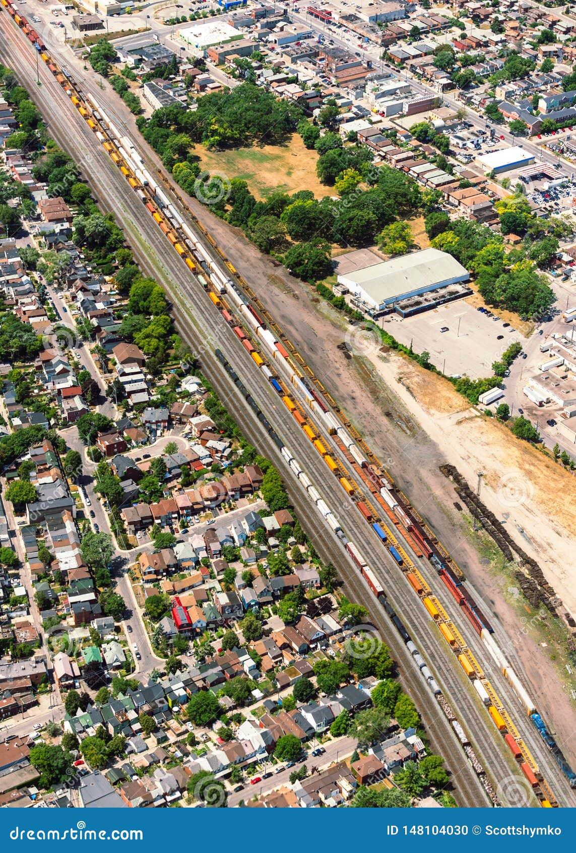 Widok z lotu ptaka miastowy krajobraz z railyard