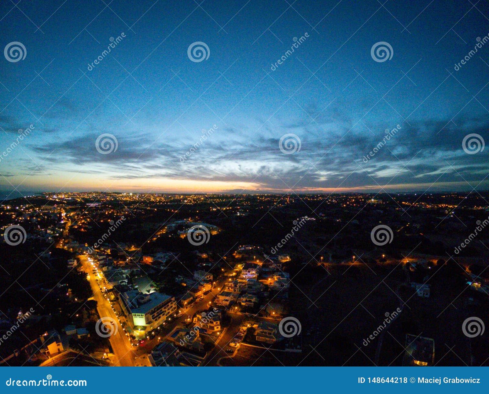 Widok z lotu ptaka na mie?cie przy noc?, Albufeira, Portugalia Iluminowa? ulicy przy zmierzchem